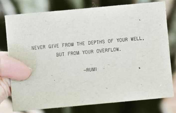 """Never give from the depths of your well, but from your overfliw"" citat på papir"